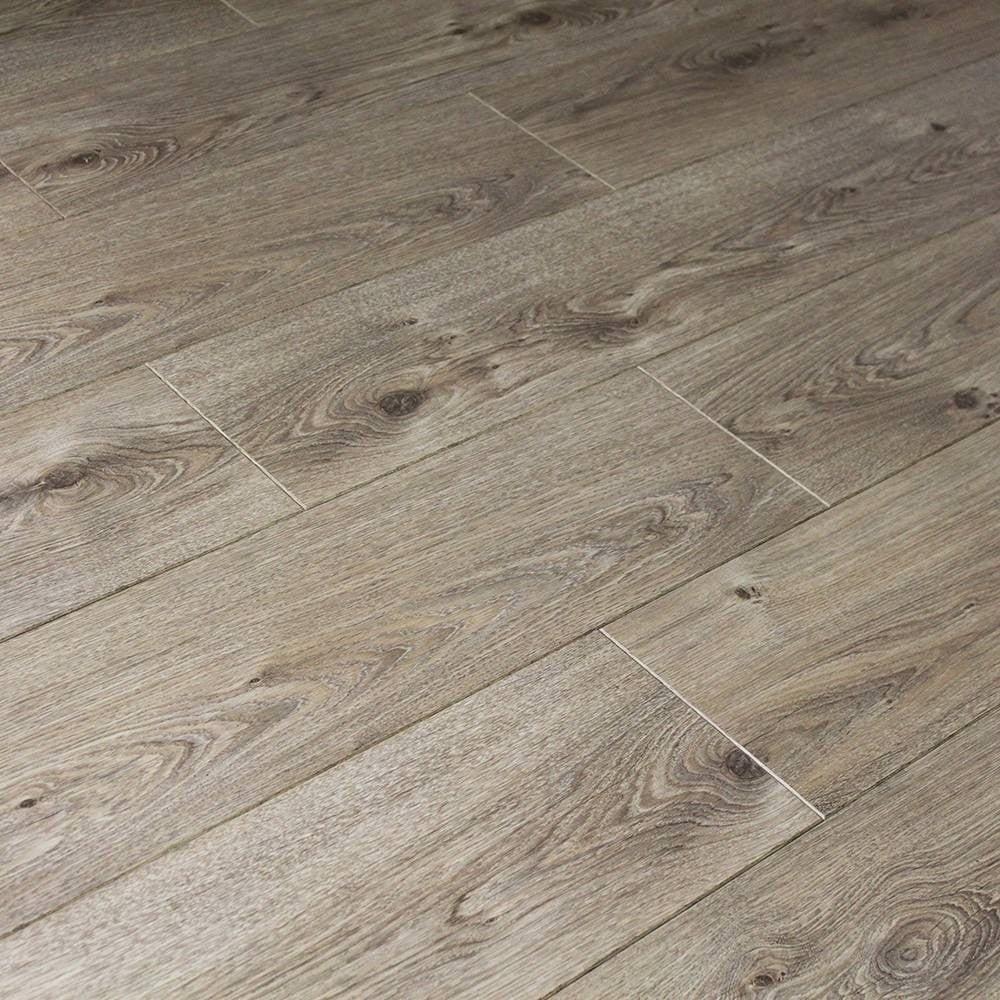 Balterio cuatro 8mm natural elegant oak laminate flooring for Natural laminate flooring